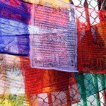 Wielokolorowe buddyjskie flagi modlitewne