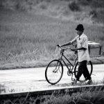 Z rowerem, nie bacząc na deszcz